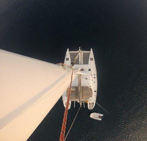 Vista aerea do catamara de luxo em Ibizaa