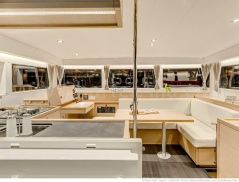 Vista da cozinha do catamara Lagoon 40 em Ibiza