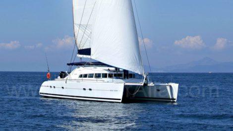 Vista lateral do catamara Lagoon 470 disponível para alugar nas Ilhas Baleares