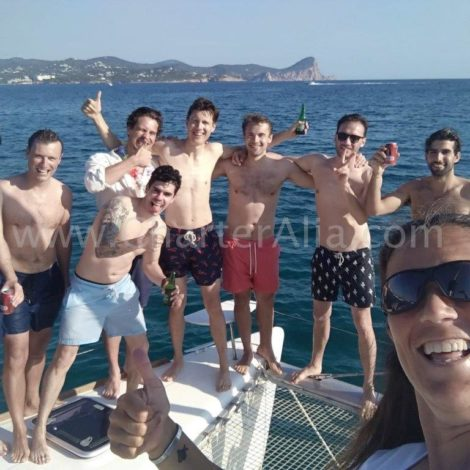 Amigos em um dos arcos do catamara Lagoon 380 em Ibiza