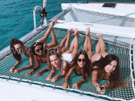 As redes do catamara Lagoon 380 tem espaco para toda a diversao do mundo