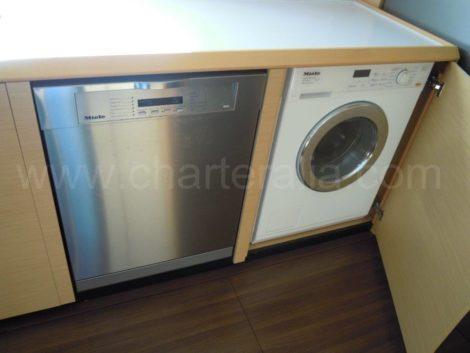 Barco com maquina de lavar roupa e loica