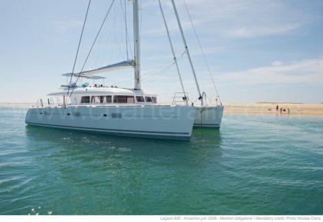 Catamara de luxo balear ancorado em Formentera