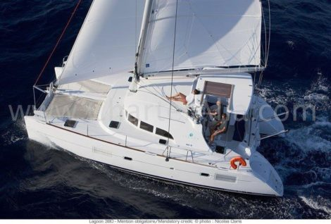Foto aerea do catamara Lagoon 380 2018 em plena vela