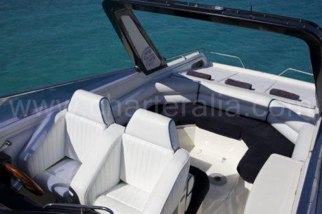 Interior classico do barco a motor Sunseeker para aluguer em Formentera e Ibiza