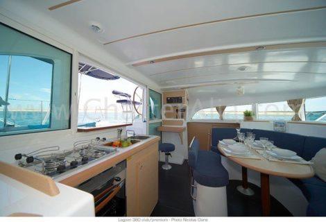 Lagoon 380 2018 aluguer de catamara em Eivissa sala de estar com cozinha integrada