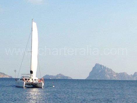 Navegando entre as ilhas de Es Vedra e Es Vedranell e possível pelo canal que e formado entre eles