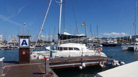 Nosso catamara Lagoon 380 localizado no final do píer A no iate clube em San Antonio