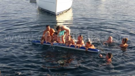 Nossos clientes testam a capacidade da prancha de surfe em uma das nossas paradas de excursao nas melhores praias de Ibiza
