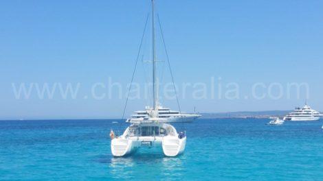 O catamara Lagoon 380 ancorado em Formentera