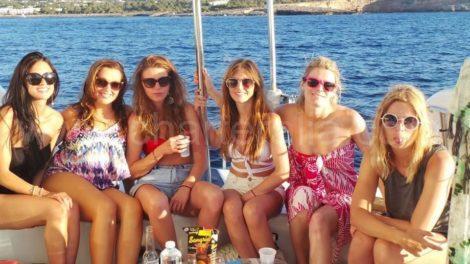 Os amigos da noiva no barco de Ibiza para Formentera