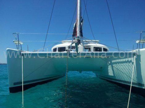 Proa do catamara Lagoon 380 2018 ancorado em Mallorca