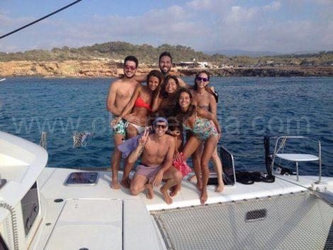 Um grupo de casais que apreciam a excursao na baia