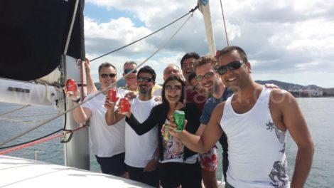 Um grupo muito animado comemorando varios aniversarios em Ibiza