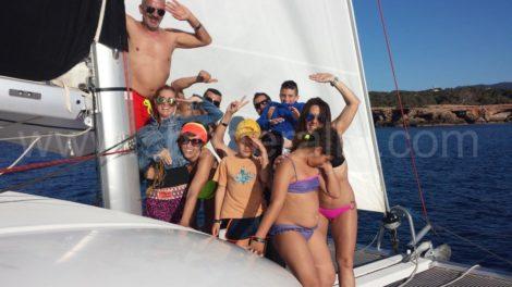 Uma família tao agradavel desfrutando de suas ferias encantadoras a bordo de um catamara em Ibiza e Formentera