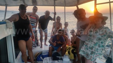 Vela ao anoitecer nas aguas protegidas da Baia de San Antonio
