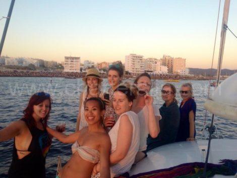 velejando em frente ao cafe del mar para o por do sol mais famoso de ibiza