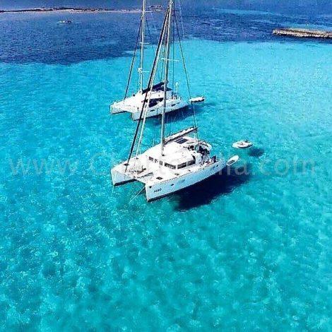 Dois catamaras alugados Lagoon 380 com skipper em Cala Conta