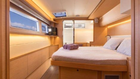 A cama king size em uma das cabines fica de frente para a janela