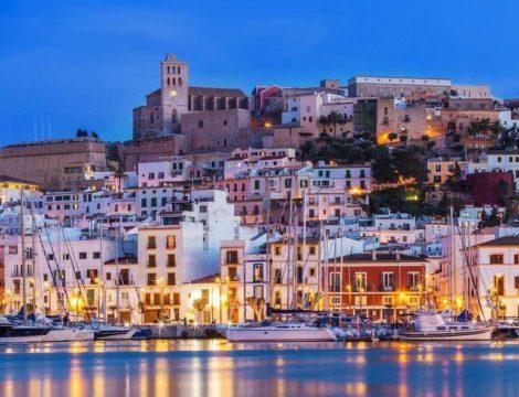 A cidade de Ibiza e a casa deste super mega iate para alugar