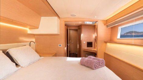 Dormir enquanto ve o mar nao tem preco em uma das cabines do catamara de aluguel Lagoon 52
