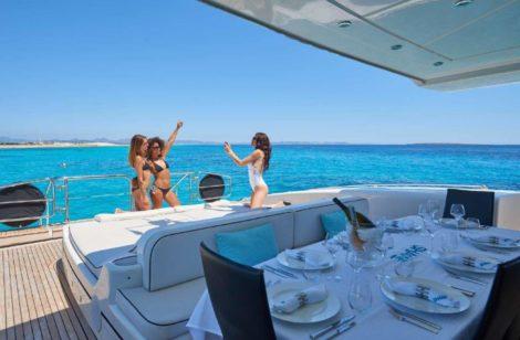 Mesa de jantar espacosa com sombra no iate de aluguel em Ibiza Mangusta 130