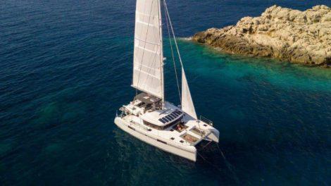 O catamara Lagoon 52 e um dos mais novos e mais bonitos barcos charter de Ibiza e Formentera