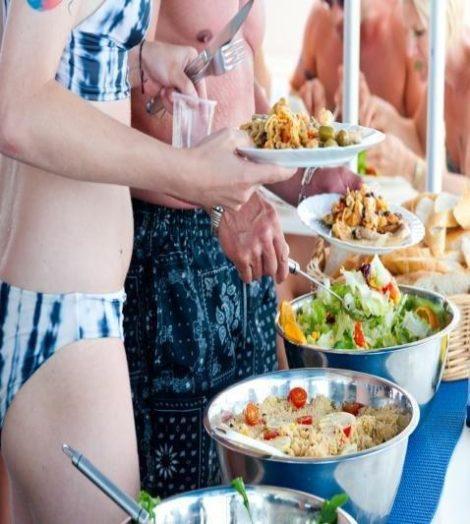 Os passageiros desfrutam de uma boa refeição a bordo