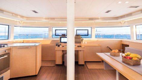 Sala de estar super espacosa na luxuosa Lagoon 52 para alugar em Ibiza e Formentera