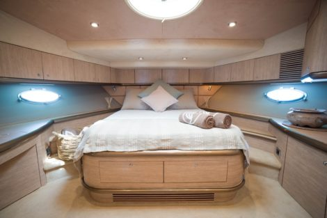 Sunseeker Predator 75 contrata cabine master em Ibiza