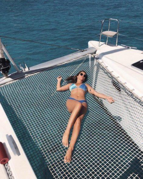 Influenciadora espanhola Dulceida desfruta dos trampolins no catamara Lagoon 400 em Ibiza e Formentera