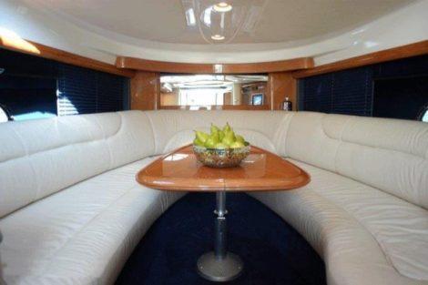 яхта на прокат на ибице столик внутри и диваны