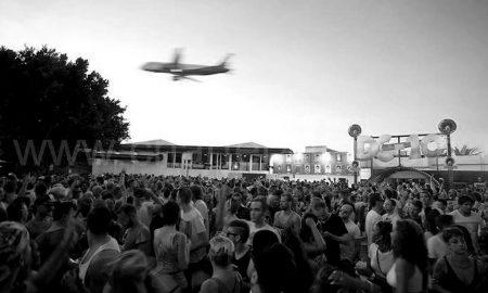 Самолет пролетает над DC10