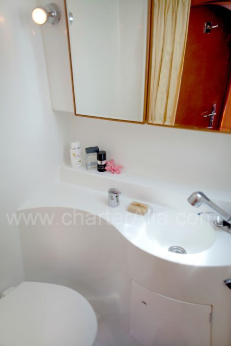 Ванная комната на борту катамарана Lagoon 470 в аренду со шкипером на Ибице