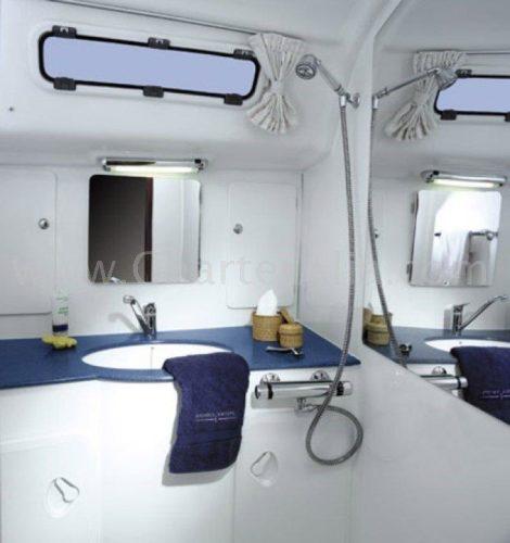 Ванная комната с душем внутри катамарана на прокат на Ибице CharterAlia Lagoon 380 2018