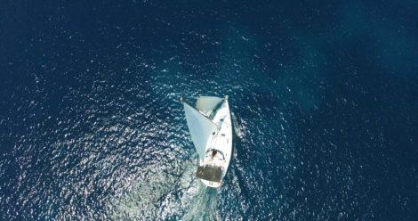 Дрон фото паруснои лодки в Форментера