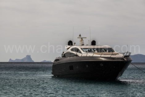 Красивая яхта перед островом Ибица