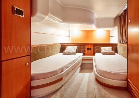 Спальня с двумя кроватями на яхте Baia Aqua 54