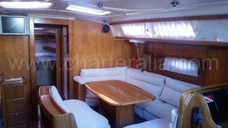 Телевизор в гостинои внутри лодки