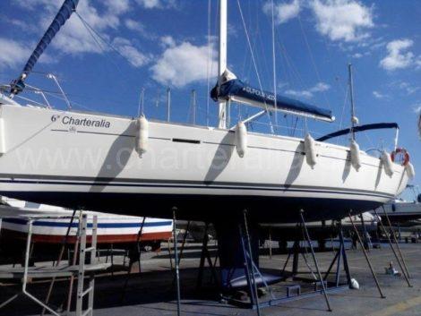 парусная лодка в сухом порту