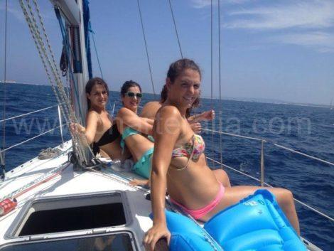 Девушки плывут на яхте в Эивиссе