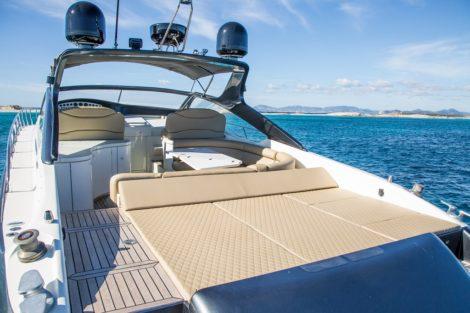 Удобные шезлонги на роскошной яхте Alfamarine 60