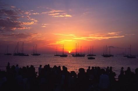 Esta es la vista que te proporciona alquilar catamaranes en Ibiza