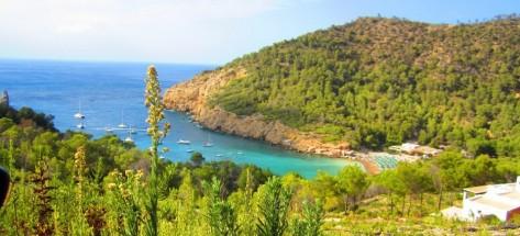 Cala Salada, un fondeadero magnífico para alquiler barcos Baleares