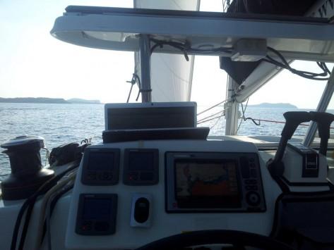 Instrumentos Raymarine instalados en un catamaran de Ibiza