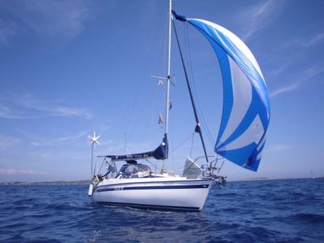 Barco de vela navegando con gennaker