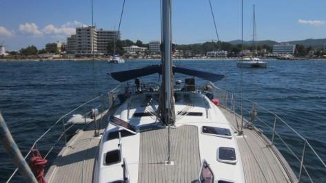 Toda la cubierta de nuestro magnífico velero Bavaria 50 está recubierta de teka
