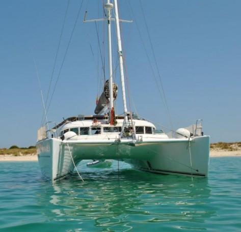 Catamaran Lagoon 37 fondeado Ibiza