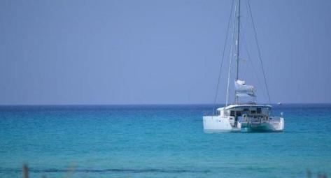 catamaran alquiler fondeado en Mallorca