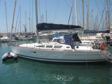 Foto de costado del barco de alquiler con patron en Ibiza